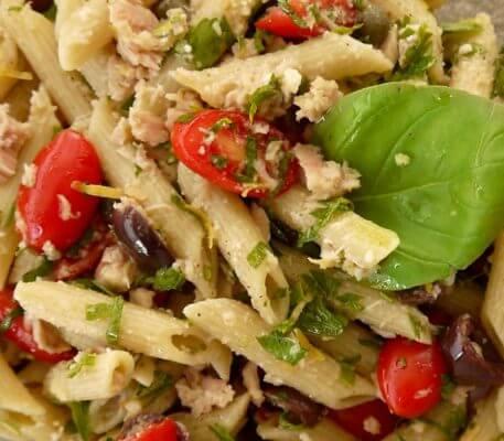 Δροσερή σαλάτα με πένες και τόνο